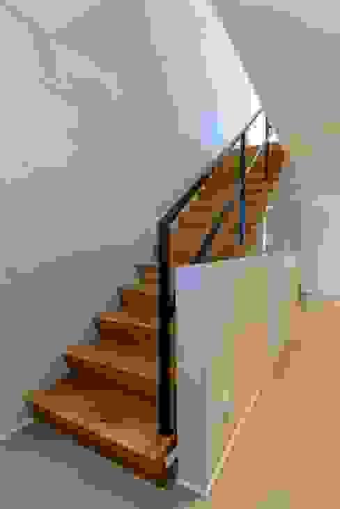 Wandgestaltung mit Betonlook für ein Treppenhaus:  Flur & Diele von Volimea GmbH & Cie KG,