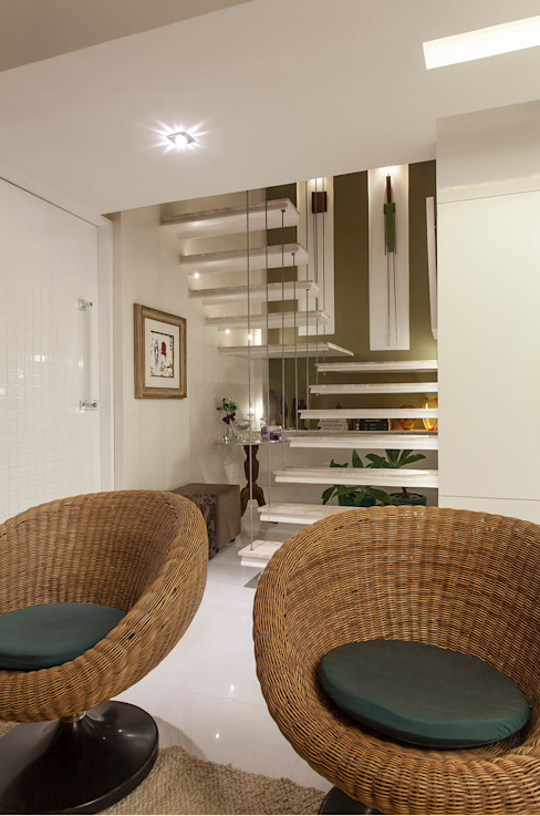 現代風玄關、走廊與階梯 根據 Maria Julia Faria Arquitetura e Interior Design 現代風