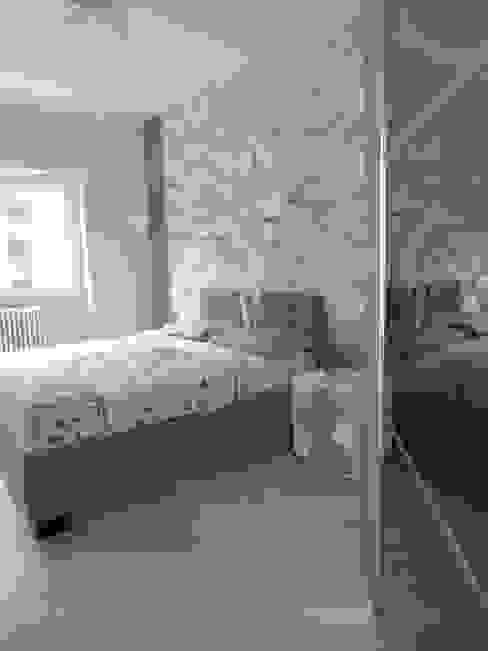 Camera matrimoniale con cabina armadio Camera da letto moderna di NicArch Moderno