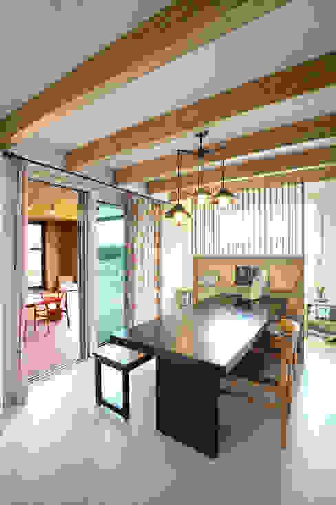 Modern dining room by 주택설계전문 디자인그룹 홈스타일토토 Modern Wood Wood effect