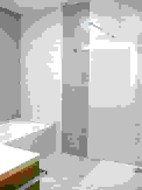 salle de bains, coin baignoire Salle de bain classique par B.Inside Classique