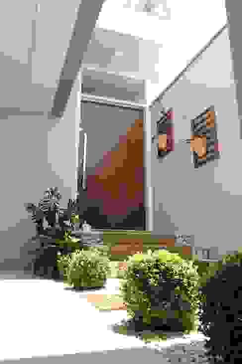 Pasillos, vestíbulos y escaleras minimalistas de Lozí - Projeto e Obra Minimalista