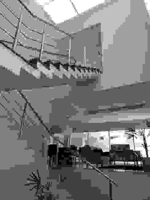 Casa SN Corredores, halls e escadas modernos por Lozí - Projeto e Obra Moderno