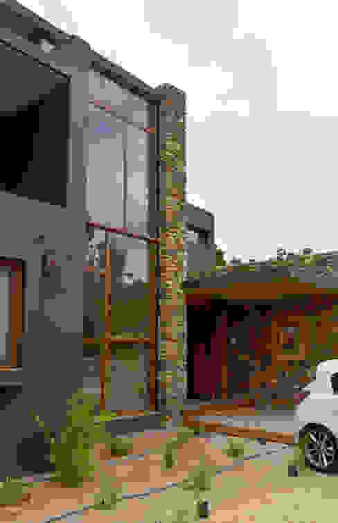 Puerta de acceso de duelas. Puertas y ventanas de estilo rústico de Ignisterra S.A. Rústico Madera Acabado en madera