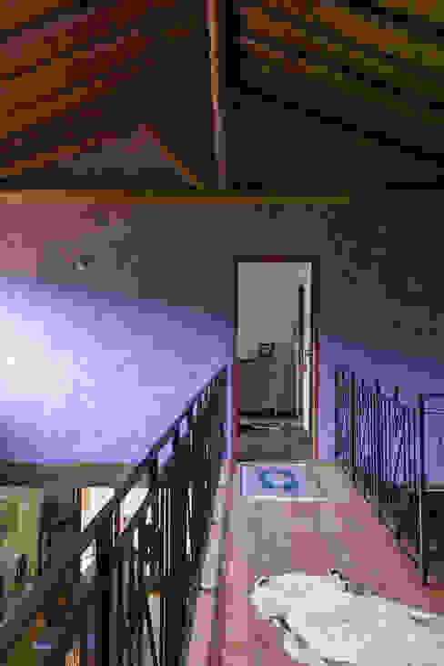 Rustic style corridor, hallway & stairs by Valquiria Leite Arquitetura e Urbanismo Rustic
