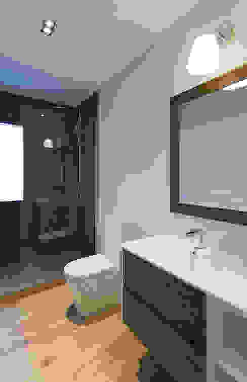 Minimalistische badkamers van dom arquitectura Minimalistisch