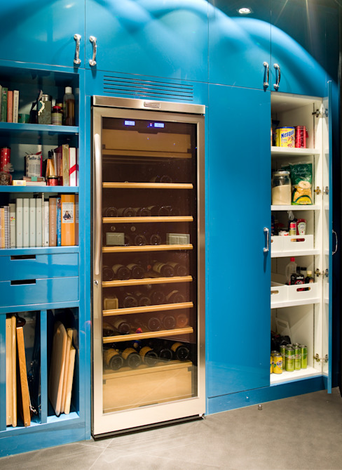 Despensa con vinoteca Cocinas modernas de DEULONDER arquitectura domestica Moderno