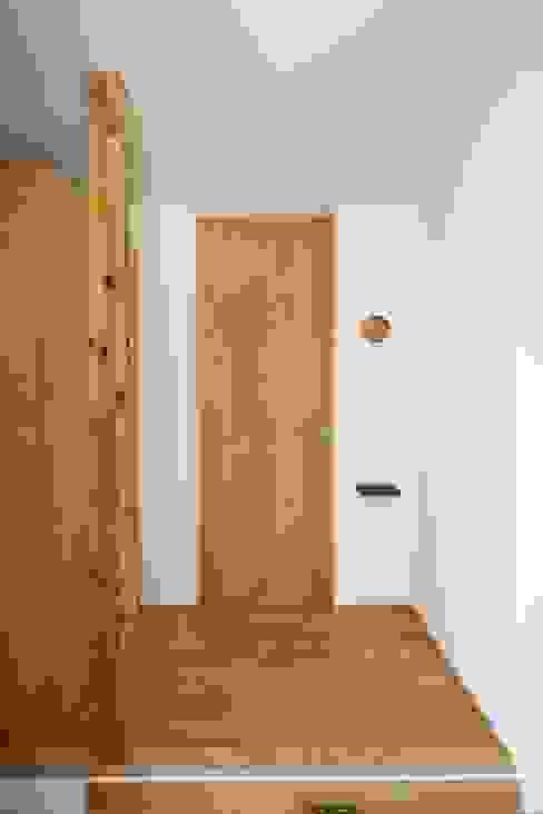 Scandinavian style corridor, hallway& stairs by C-design吉内建築アトリエ Scandinavian