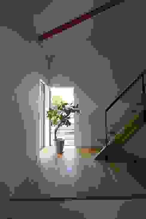 Pasillos, vestíbulos y escaleras de estilo escandinavo de C-design吉内建築アトリエ Escandinavo