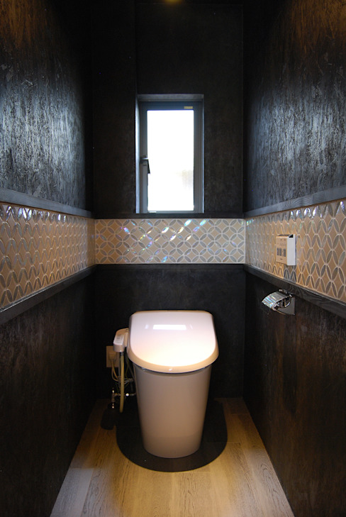赤いガルバリウムの家 BDA.T / ボーダレスドロー モダンスタイルの お風呂 黒色