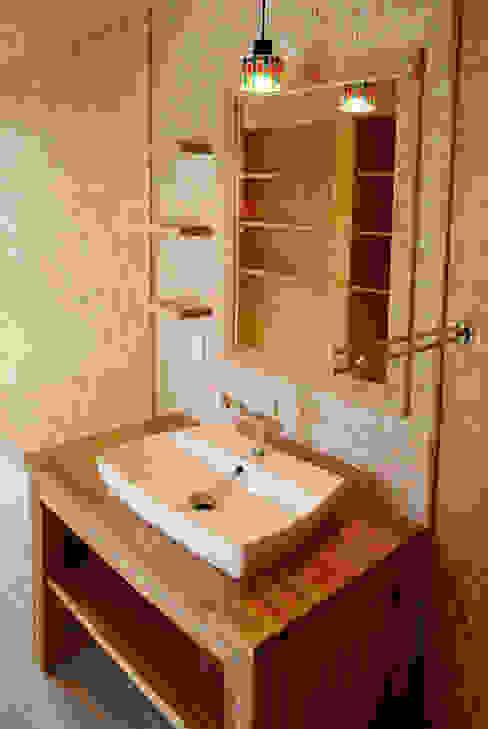 赤いガルバリウムの家 カントリースタイルの お風呂・バスルーム の BDA.T / ボーダレスドロー カントリー