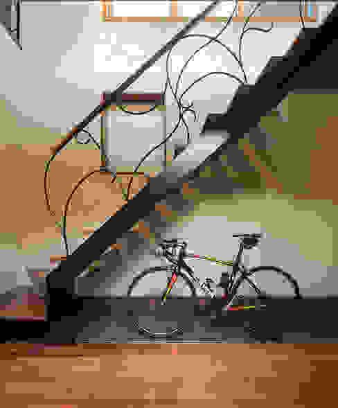 現代風玄關、走廊與階梯 根據 株式会社 SYN空間計画 一級建築事務所 現代風