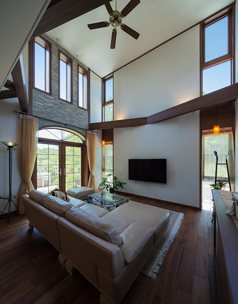 现代客厅設計點子、靈感 & 圖片 根據 株式会社 SYN空間計画 一級建築事務所 現代風