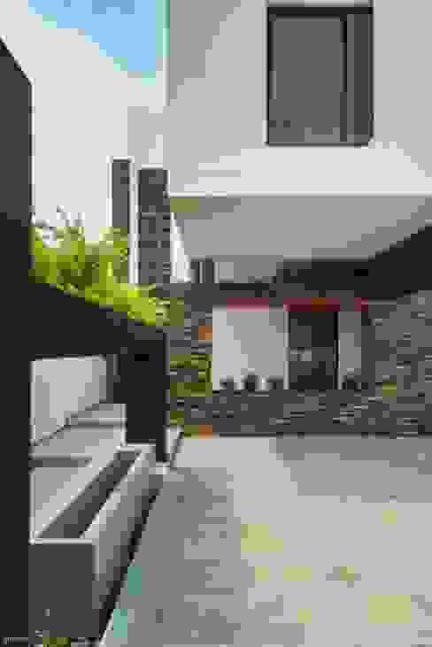 Rumah Minimalis Oleh ROKA Arquitectos Minimalis Ubin