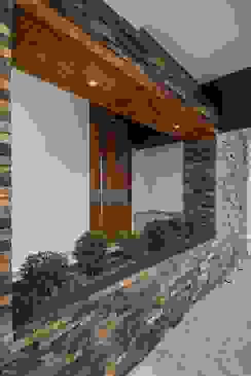 Casas de estilo minimalista de ROKA Arquitectos Minimalista Cerámico