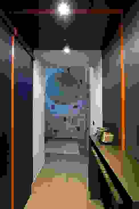 Corridoio d'ingresso con carta da parati Ingresso, Corridoio & Scale in stile eclettico di Dima snc di Maiocchi Dario e c. Eclettico