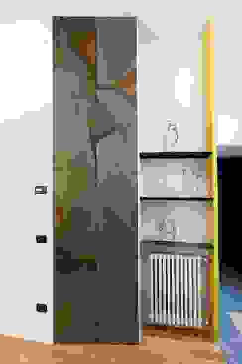 Mobile a parete e mensole Ingresso, Corridoio & Scale in stile eclettico di Dima snc di Maiocchi Dario e c. Eclettico