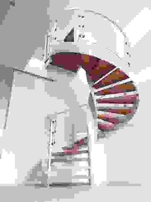 Pasillos y recibidores de estilo  por M16 architetti