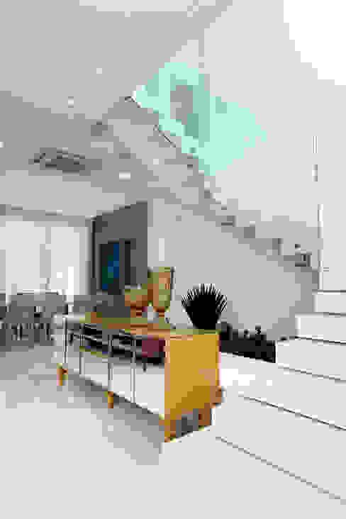 現代風玄關、走廊與階梯 根據 Eveline Sampaio Arquiteta e Designer de Interiores 現代風