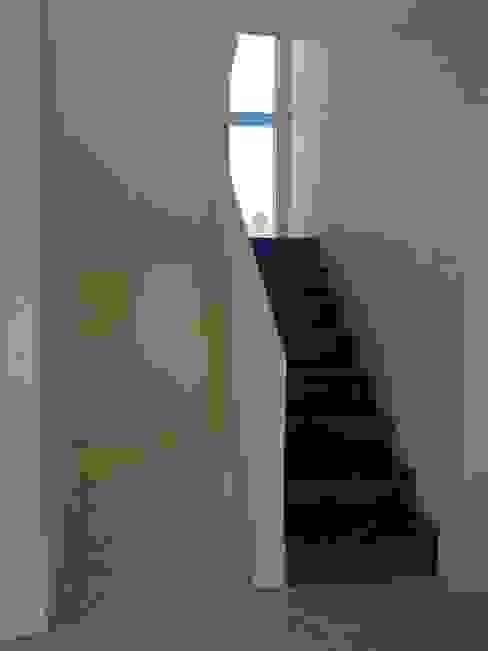 Коридор, прихожая и лестница в модерн стиле от ARQUITECTA CARINA BASSINO Модерн