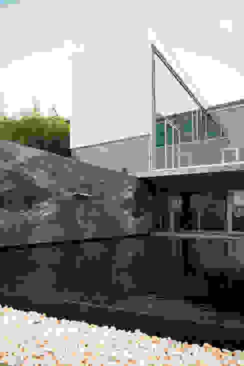 Piscina Piscinas modernas por GAVINHO Architecture & Interiors Moderno Pedra