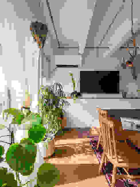 Salle à manger classique par 株式会社エキップ Classique Bois Effet bois