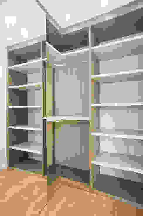 Closets por Grupo Inventia Moderno Madeira Efeito de madeira