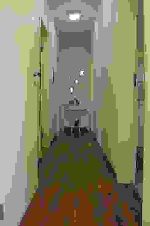Коридор, прихожая и лестница в стиле минимализм от Lozí - Projeto e Obra Минимализм