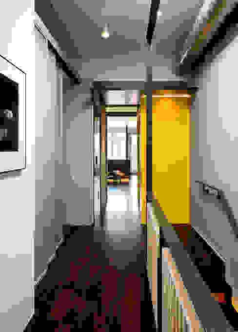 Mi Casita : Carmen's Modern Corridor, Hallway and Staircase by KUBE architecture Modern