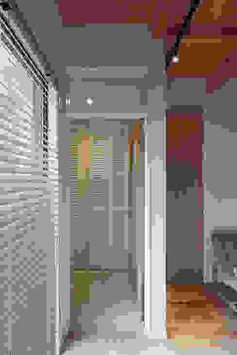 玄関1 モダンスタイルの 玄関&廊下&階段 の 大坪和朗建築設計事務所 Kazuro Otsubo Architects モダン 木 木目調