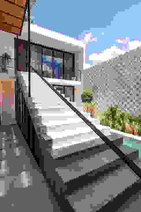 Pasillos, vestíbulos y escaleras de estilo moderno de Taller Estilo Arquitectura Moderno Concreto