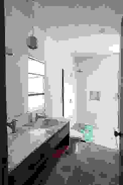 浴室 by Taller Estilo Arquitectura,