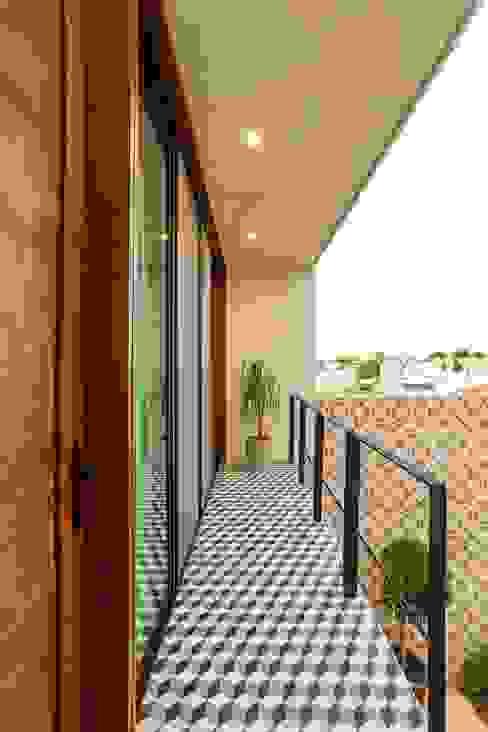 Modern balcony, veranda & terrace by Taller Estilo Arquitectura Modern Concrete