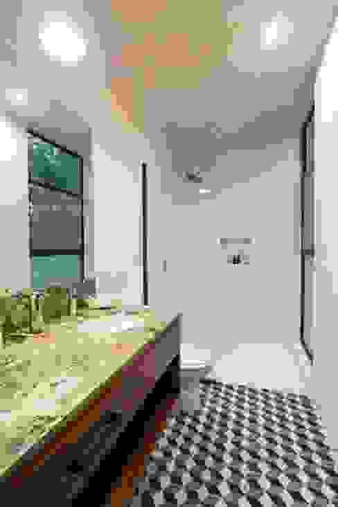 Baños de estilo moderno de Taller Estilo Arquitectura Moderno Mármol