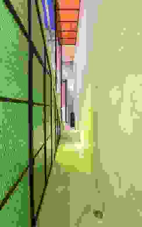 モダンスタイルの 玄関&廊下&階段 の Taller Estilo Arquitectura モダン ガラス