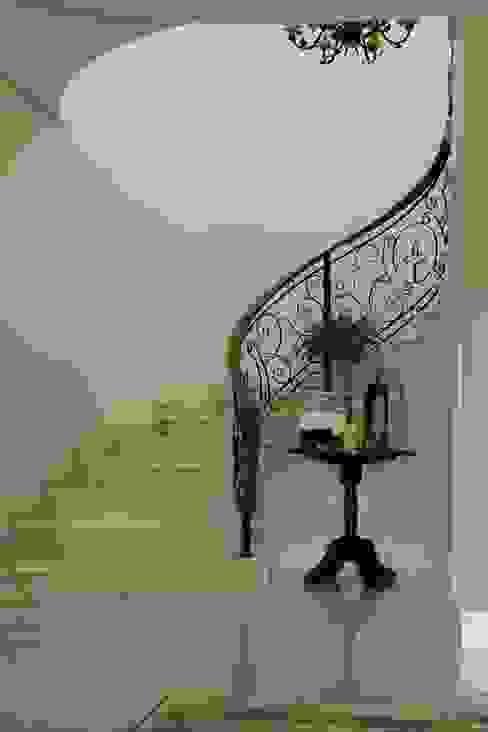 Couloir, entrée, escaliers classiques par Lozí - Projeto e Obra Classique