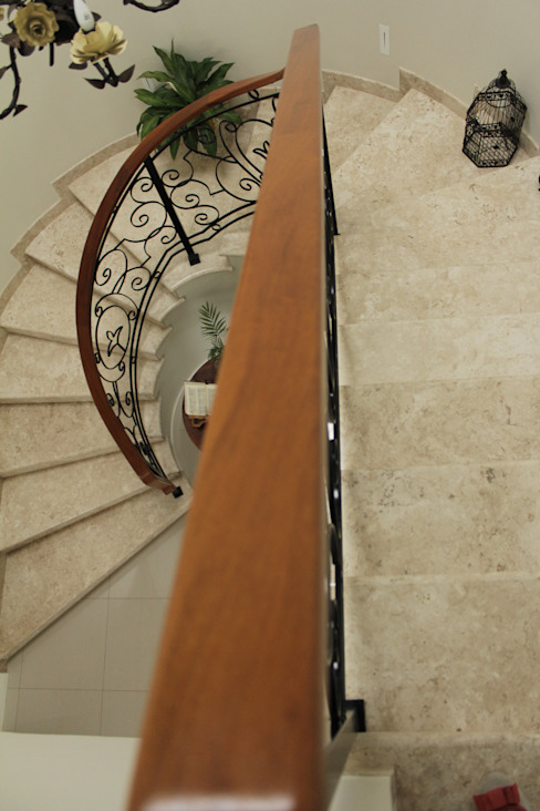 Classic style corridor, hallway and stairs by Lozí - Projeto e Obra Classic