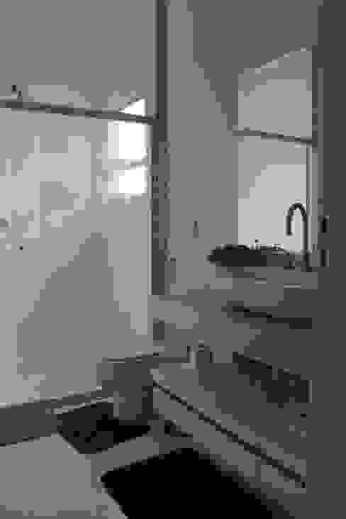 Salle de bain minimaliste par Lozí - Projeto e Obra Minimaliste
