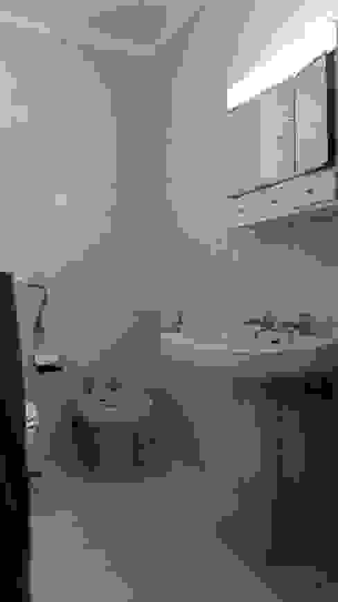 Casa de Banho:   por Tiago do Vale Arquitectos,Eclético