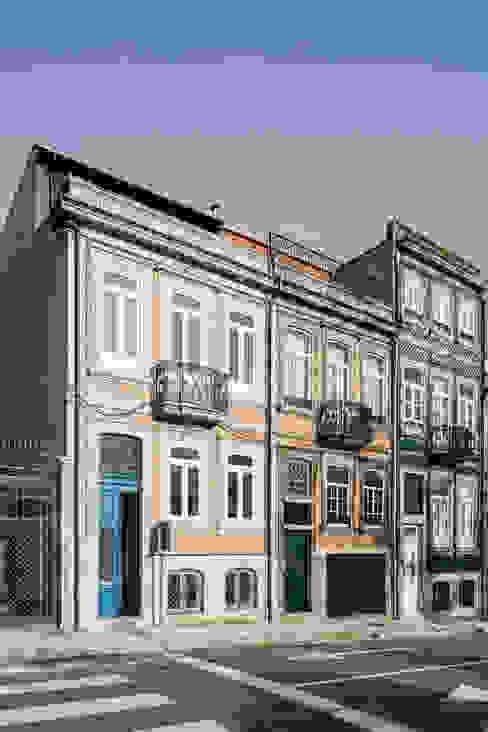 Fachada da Rua D. João IV:   por Pedro Ferreira Architecture Studio Lda
