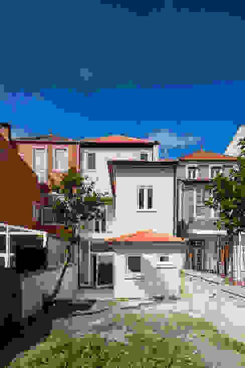 Vista do Logradouro: Casas  por Pedro Ferreira Architecture Studio Lda