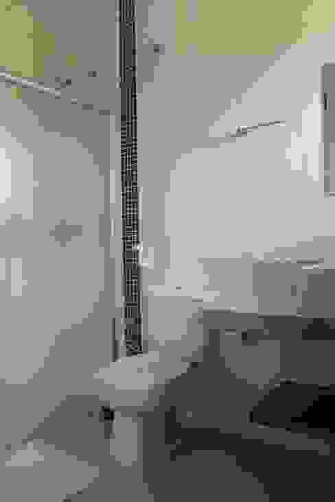 Ванная комната в стиле минимализм от Lozí - Projeto e Obra Минимализм