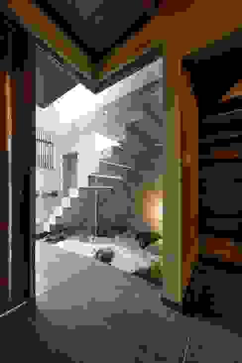 Eklektyczny korytarz, przedpokój i schody od MITSUTOSHI OKAMOTO ARCHITECT OFFICE 岡本光利一級建築士事務所 Eklektyczny Beton