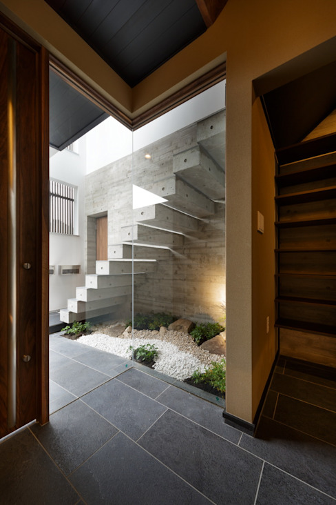 VERTICAL HOUSE (縦格子の家) オリジナルスタイルの 玄関&廊下&階段 の MITSUTOSHI OKAMOTO ARCHITECT OFFICE 岡本光利一級建築士事務所 オリジナル コンクリート
