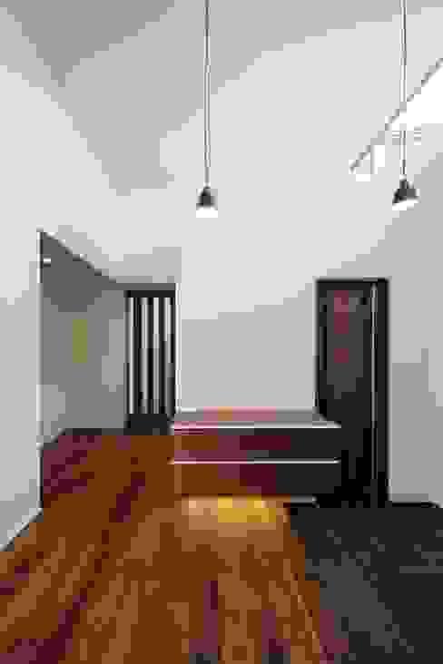 Eklektyczny korytarz, przedpokój i schody od MITSUTOSHI OKAMOTO ARCHITECT OFFICE 岡本光利一級建築士事務所 Eklektyczny Drewno O efekcie drewna