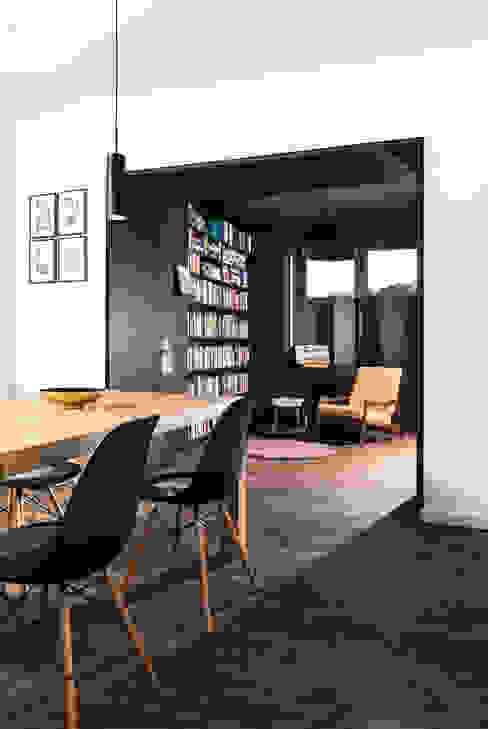 โดย studio k interieur en landschapsarchitecten โมเดิร์น
