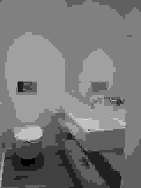 House - Arco do Cego, Lisbon: Casas de banho  por QFProjectbuilding, Unipessoal Lda,
