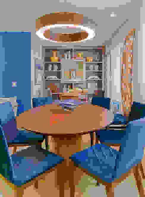 Mesa Oval e Cadeiras Veludo Azul por Sgabello Interiores Moderno Madeira Efeito de madeira