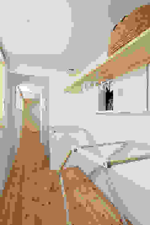 現代風玄關、走廊與階梯 根據 加藤淳一級建築士事務所 現代風