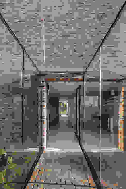 Gekroonde Haeringh Moderne gangen, hallen & trappenhuizen van homify Modern